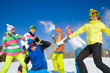 boule de neige: groupe d'amis ont une bataille de neige