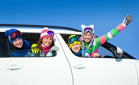 fin de semana: jóvenes amigos ir a las vacaciones de invierno en coche Foto de archivo