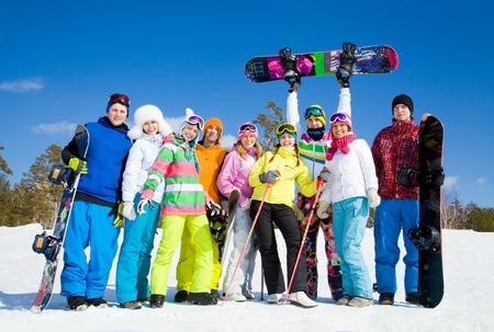 grupos de personas: Grupo de gente joven con el snowboard en vacaciones en la nieve en las montañas