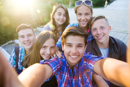 18 19 years: group of teenagers in the park do selfie Stock Photo