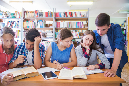 grupa studentów była przy stole w bibliotece