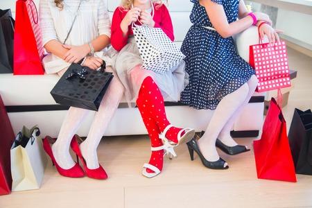 moda ropa: las piernas de tres pequeñas novias lindo Fashionista en las compras Foto de archivo