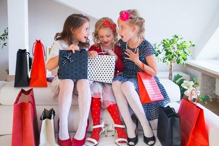 three little cute girlfriends fashionista on shopping Standard-Bild