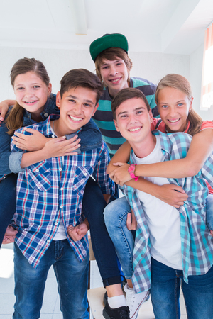 grupo de adolescentes que tienen un buen tiempo en el pasillo