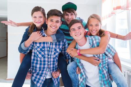 Groep tieners heeft een goede tijd in de gang
