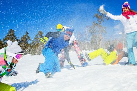 groupe d'amis ont une bataille de neige