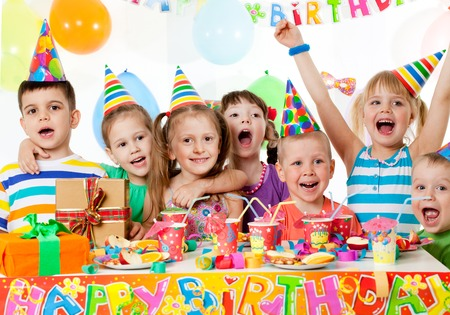 Portrait einer Gruppe von Kindern auf Geburtstagsparty Standard-Bild - 72936381