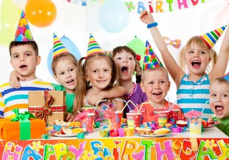 Portret van een groep kinderen op verjaardagsfeestje