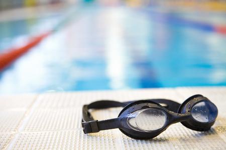 Afbeelding van zwembad en bril. Niemand
