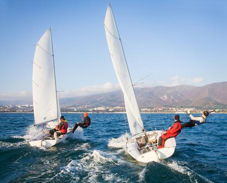 Regata di yacht a vela sul mare in una giornata ventosa Archivio Fotografico - 75731163