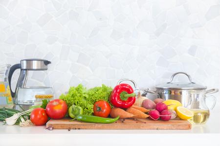 utensilios de cocina: Cocina moderna en casa con alimentos saludables Foto de archivo