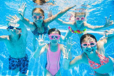 小さな子供プール水中で泳ぐ。 写真素材