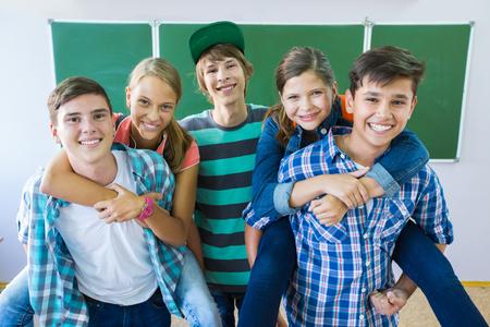 Retrato de un grupo de estudiantes en el fondo de la junta escolar