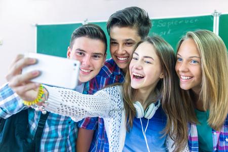 Estudiantes adolescentes fotografiaron el teléfono inteligente en la escuela