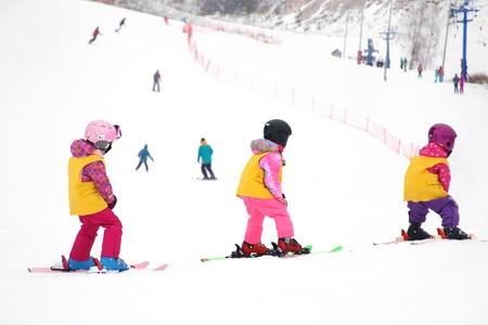 kleine kinderen skiën in skigebied Stockfoto