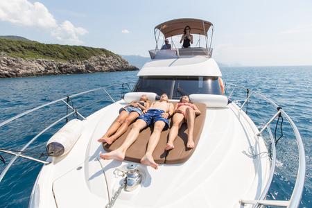 gruppo di giovani che si godono una vacanza in barca al mare Archivio Fotografico