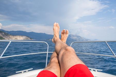 la bella giovane donna si diverte a rilassarsi su uno yacht in mare Archivio Fotografico
