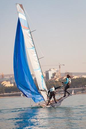Team of two girls deftly managed to sail in the sea Zdjęcie Seryjne