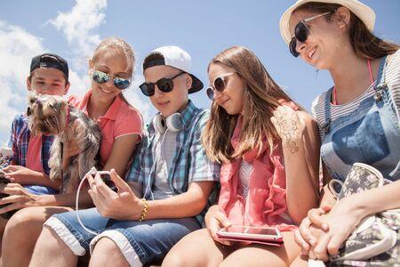 groupe d'adolescents passant du temps avec des gadgets