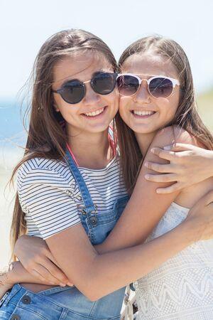 portrait of two teenage girlfriends in the summer 版權商用圖片
