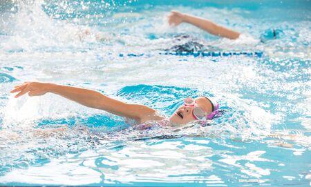 petite fille nageant dans la piscine à la formation en natation