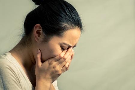 donna che grida: Ritratto di giovane donna che piange disperatamente, con tono la moda e lo sfondo