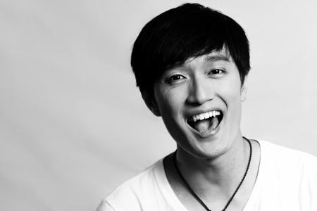 laughing out loud: Retrato de hombre joven riendo en voz alta estilo, blanco y negro Foto de archivo