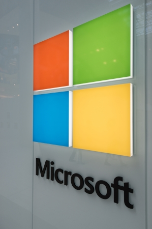 electricity company: MINNEAPOLIS, MN - 28 de julio: Gran logotipo de Microsoft Corporation en Mall of America, en Bloomington, MN, el 28 de julio de 2013.
