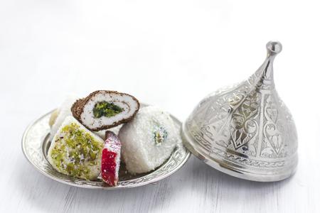 Lukum dulces tradicionales turcos en platillo plateado con tapa