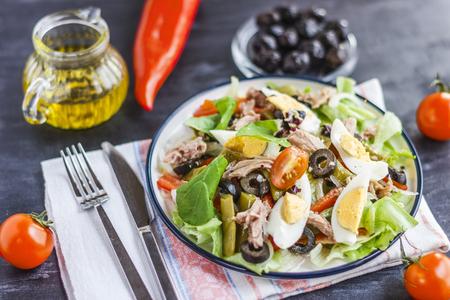 Salat Nicoise mit Thunfisch, grünen Bohnen, Basilikum und frischem Gemüse