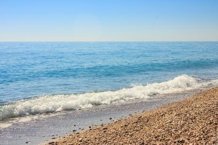 Paysage méditerranéen à Antalya, Turquie. Mer bleue, vagues et plage de galets Banque d'images