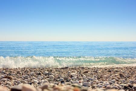 Paysage méditerranéen à Antalya, Turquie. Mer bleue, vagues et plage de galets