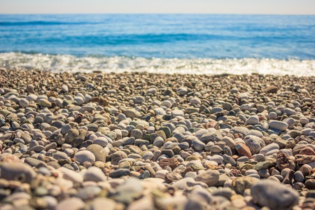 Mediterranean landscape in Antalya, Turkey. Blue sea, waves and pebble beach Banque d'images