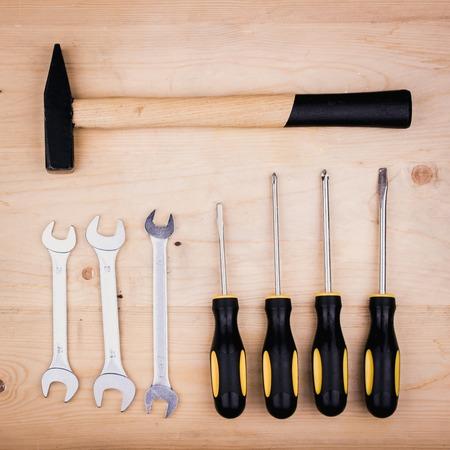 Herramientas de reparación: martillo, destornilladores, llaves inglesas, alicates. Concepto masculino para el día del padre