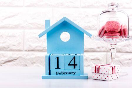 Valentines Day February 14 on calendar. Pink macaroon cookies in a crystal vase Zdjęcie Seryjne