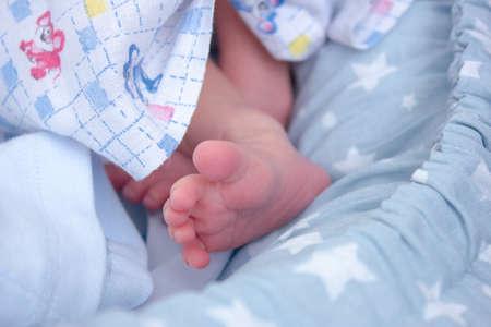 Newborn babys foot. Pink toes of baby 版權商用圖片