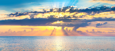 beautiful panorama sea landscape with a sunset. evening sky with clouds over ocean. sky with clouds panoramic view 版權商用圖片 - 117765184
