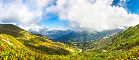 beautiful panorama mountain landscape with blue sky and white clouds. rocky autumn scenery scenic panoramic view 版權商用圖片 - 117765215