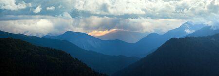 geweldig berglandschap panorama. silhouetten van bergen bij nachtelijke hemel Stockfoto