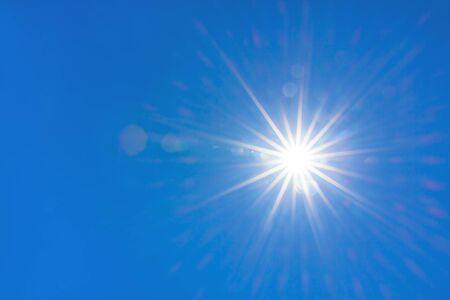 bright sun shines in a blue sky. hot summer weather 版權商用圖片