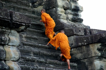 cambodge: Buddhist monks climbing Angkor Wat Editorial