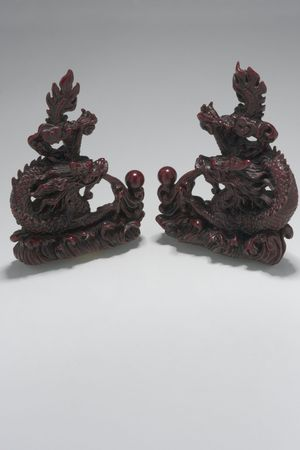 two small dragon statue position in mirror position Imagens