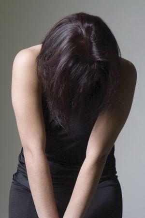 Fashion model zoekt samen met close-up op haar hoofd