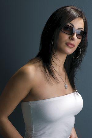 Twintig iets fashion model met zonnebril