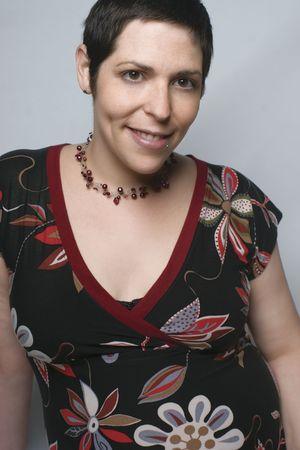 Courts cheveux bruns modèle féminin en robe avec faciale percing  Banque d'images
