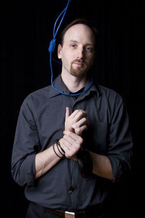 ahorcado: T�cnico de computadoras con las manos atadas y verdugo noeuce alrededor de su cuello