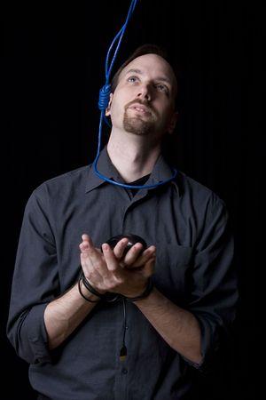 ahorcado: T�cnico de computadoras con las manos atadas y verdugo noeuce alrededor de su cuello buscando