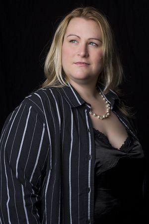 regordete: Retrato de un treinta mujeres con sobrepeso algo en la tarde de ropa Foto de archivo