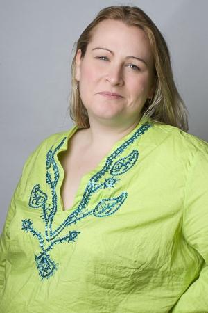 Portret van een dertig iets overgewicht vrouwen in casual kleding met kirky glimlach kijken naar de camera