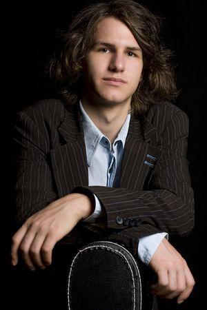 guitar case: Principios de twentie masculina se apoya en un m�sico de guitarra